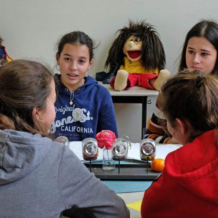 Aachen, Viktoriaschule, 7.12.2019: Tag der offenen Tür. Schülerinnen führen vor, wie die Streitschlichtung in der Viktoriaschule arbeitet.
